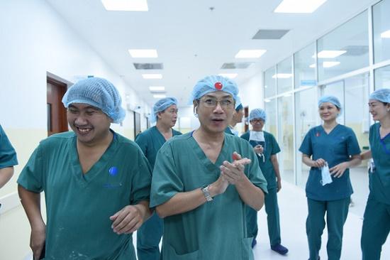 Thủ tướng Nguyễn Xuân Phúc chúc mừng êkip phẫu thuật tách rời cặp song sinh - Ảnh 1