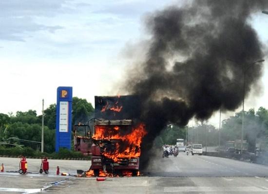 Xe đầu kéo cháy dữ dội bên cây xăng, khói đen bốc lên ngùn ngụt - Ảnh 1