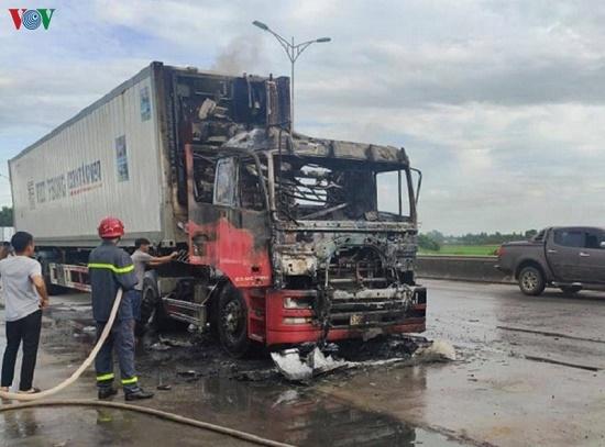 Xe đầu kéo cháy dữ dội bên cây xăng, khói đen bốc lên ngùn ngụt - Ảnh 3