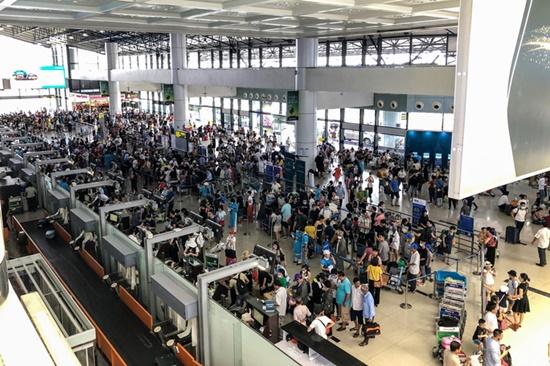 Ùn tắc ở sân bay Nội Bài: Hành khách mệt mỏi chờ đợi, nằm vạ vật chờ check in - Ảnh 1