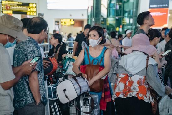 Ùn tắc ở sân bay Nội Bài: Hành khách mệt mỏi chờ đợi, nằm vạ vật chờ check in - Ảnh 11