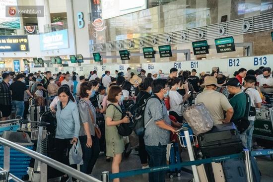 Ùn tắc ở sân bay Nội Bài: Hành khách mệt mỏi chờ đợi, nằm vạ vật chờ check in - Ảnh 2