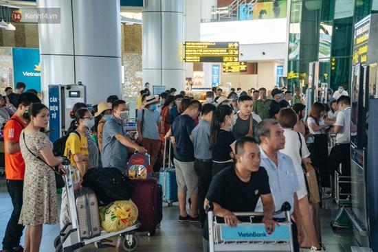 Ùn tắc ở sân bay Nội Bài: Hành khách mệt mỏi chờ đợi, nằm vạ vật chờ check in - Ảnh 3