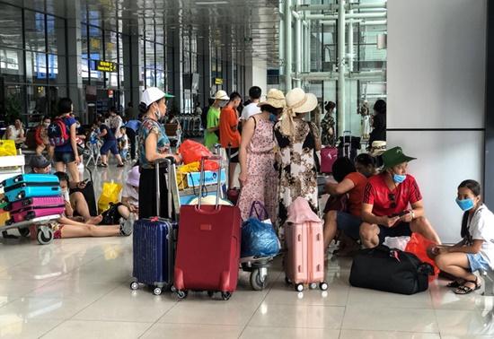 Ùn tắc ở sân bay Nội Bài: Hành khách mệt mỏi chờ đợi, nằm vạ vật chờ check in - Ảnh 6