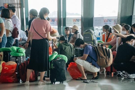 Ùn tắc ở sân bay Nội Bài: Hành khách mệt mỏi chờ đợi, nằm vạ vật chờ check in - Ảnh 9