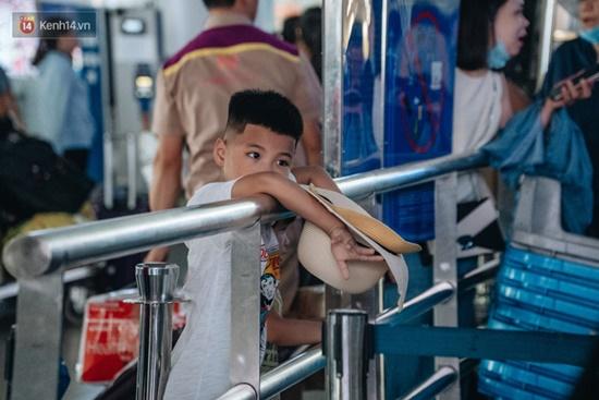 Ùn tắc ở sân bay Nội Bài: Hành khách mệt mỏi chờ đợi, nằm vạ vật chờ check in - Ảnh 10