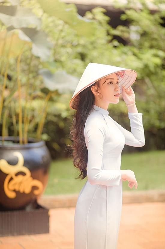 """Nữ sinh diện áo dài trắng khoe nhan sắc trong veo như nắng mai, dân tình thốt lên """"crush quốc dân là đây"""" - Ảnh 1"""