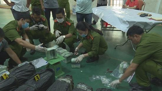 CSGT nổ súng bắt giữ nhóm đối tượng vận chuyển hàng trăm kg ma túy đá - Ảnh 2