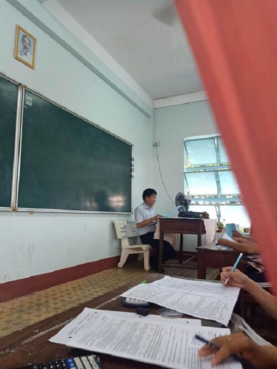 """Thầy giáo say sưa giảng bài nhưng """"thứ đặc biệt khó ngờ"""" này mới là chiếm trọn sự chú ý - Ảnh 2"""