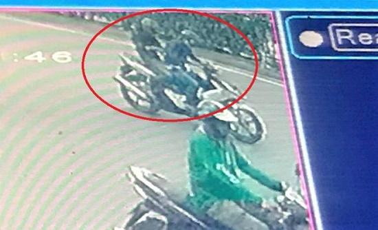 Hà Nội: Người phụ nữ bị 2 kẻ lạ mặt áp sát, giật điện thoại iPhone 11 Pro Max - Ảnh 1