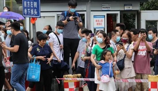 Hàng nghìn người tụ tập xem nhân lãnh sự quán Mỹ ở Thành Đô thu dọn để đóng cửa - Ảnh 1