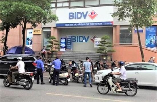 Vụ nổ súng, cướp ngân hàng BIDV ở Hà Nội: Công bố hình ảnh đầu tiên của 2 nghi phạm - Ảnh 1