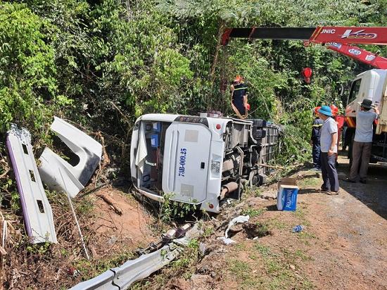 Thông tin mới nhất vụ thảm kịch lật xe khách khiến 15 người chết tại Quảng Bình - Ảnh 1