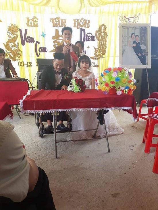 """Cảm động vợ đẩy xe lăn mang hết tiền mừng đám cưới cùng chồng đi """"kiếm con"""" - Ảnh 2"""