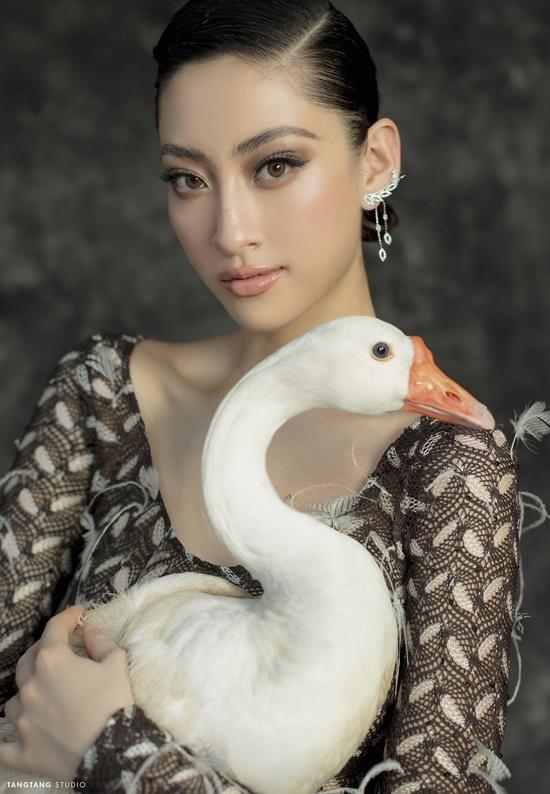 """Hoa hậu Lương Thùy Linh bất ngờ """"lột xác"""" sắc lạnh, quyến rũ trong bộ ảnh đón tuổi 20 - Ảnh 1"""