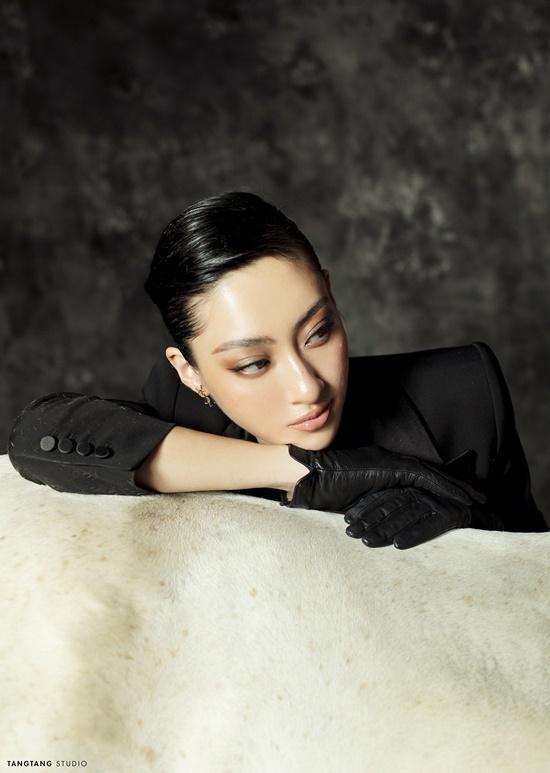 """Hoa hậu Lương Thùy Linh bất ngờ """"lột xác"""" sắc lạnh, quyến rũ trong bộ ảnh đón tuổi 20 - Ảnh 3"""