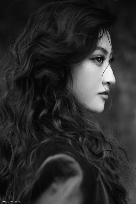 """Hoa hậu Lương Thùy Linh bất ngờ """"lột xác"""" sắc lạnh, quyến rũ trong bộ ảnh đón tuổi 20 - Ảnh 8"""
