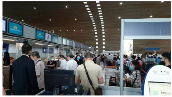 Chùm ảnh: Đoàn Văn Hậu về Việt Nam trên chuyến bay từ Pháp, chuẩn bị cách ly 14 ngày - Ảnh 2