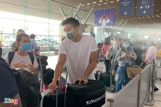 Chùm ảnh: Đoàn Văn Hậu về Việt Nam trên chuyến bay từ Pháp, chuẩn bị cách ly 14 ngày - Ảnh 6
