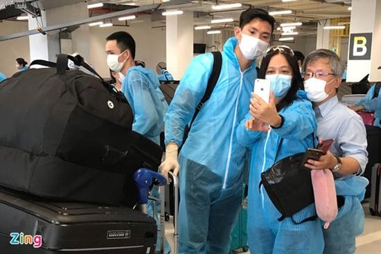 Chùm ảnh: Đoàn Văn Hậu về Việt Nam trên chuyến bay từ Pháp, chuẩn bị cách ly 14 ngày - Ảnh 7