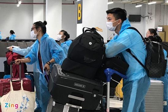 Chùm ảnh: Đoàn Văn Hậu về Việt Nam trên chuyến bay từ Pháp, chuẩn bị cách ly 14 ngày - Ảnh 8
