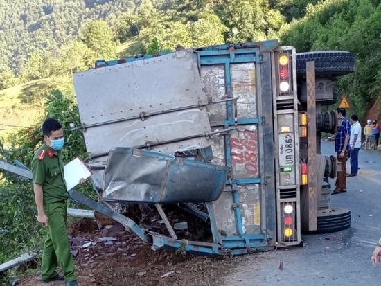 Vụ xe tải lật khi đổ đèo, 2 mẹ con tử vong: Xác định danh tính các nạn nhân - Ảnh 1