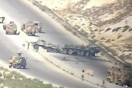 """Xe bọc thép của Nga bất ngờ bị """"nã"""" lựu đạn khi đang tuần tra tại Syria - Ảnh 1"""
