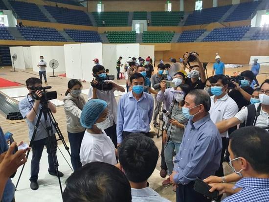 Chùm ảnh: Hối hả xây dựng bệnh viện dã chiến lớn nhất Đà Nẵng - Ảnh 1