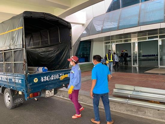 Chùm ảnh: Hối hả xây dựng bệnh viện dã chiến lớn nhất Đà Nẵng - Ảnh 2