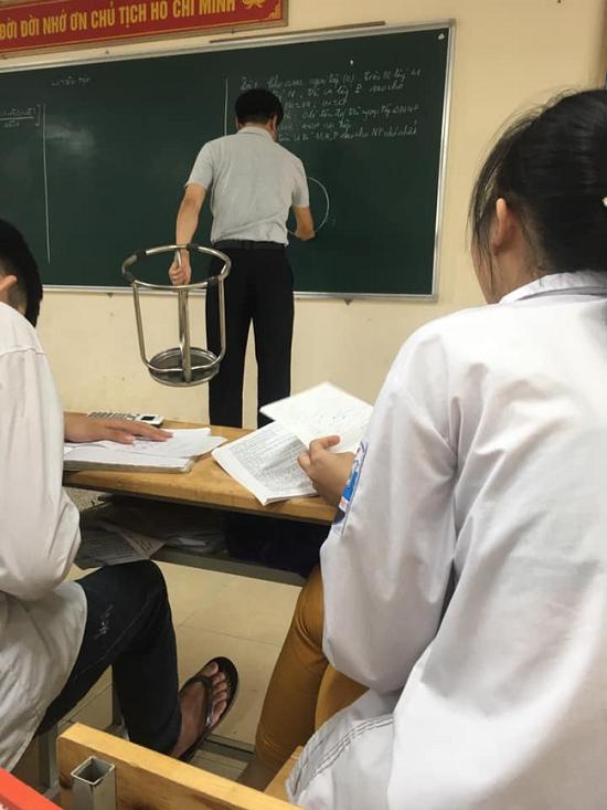 """Đám học trò trong lớp náo loạn bởi hành động """"quá đỗi dễ thương"""" này của thầy giáo - Ảnh 2"""