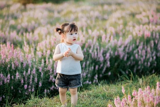 """Lịm tim trước khoảnh khắc em bé """"xinh đẹp tựa thiên thần"""" giữa cánh đồng hoa hướng dương - Ảnh 10"""