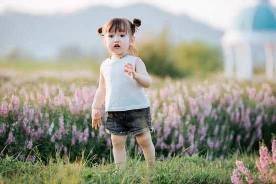 """Lịm tim trước khoảnh khắc em bé """"xinh đẹp tựa thiên thần"""" giữa cánh đồng hoa hướng dương - Ảnh 11"""