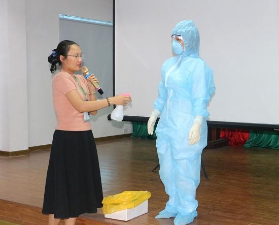 Thi tốt nghiệp THPT 2020: Cán bộ coi thi thí sinh F1 phải mặc đồ bảo hộ, tránh lây nhiễm chéo - Ảnh 1