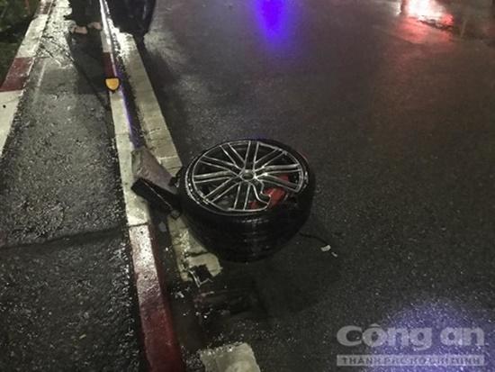 Xe sang Porsche không biển số húc tung lan can cầu trong đêm, rơi xuống bãi đất trống - Ảnh 4