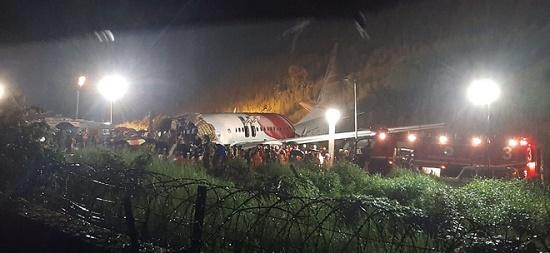 Máy bay Ấn Độ gãy đôi khi hạ cánh, 20 người thiệt mạng - Ảnh 2