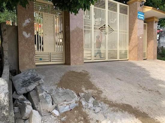 Sập tường trước cổng trường, học sinh lớp 5 tưởng vong: Chánh văn phòng sở GD&ĐT Nghệ An nói gì? - Ảnh 1