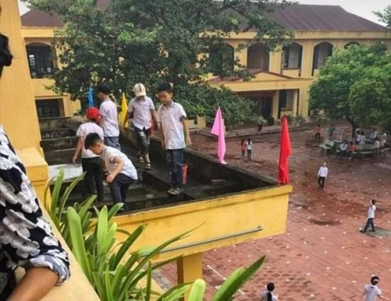 Vụ học sinh ra ban công tầng 2 nhặt rác: Phòng GD&ĐT làm việc với ban giám hiệu trường - Ảnh 1