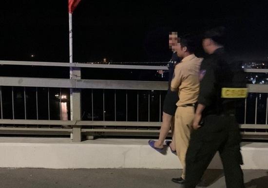 Giải cứu người phụ nữ định nhảy cầu Bãi Cháy vì bị chồng thường xuyên đánh, đuổi ra khỏi nhà - Ảnh 1