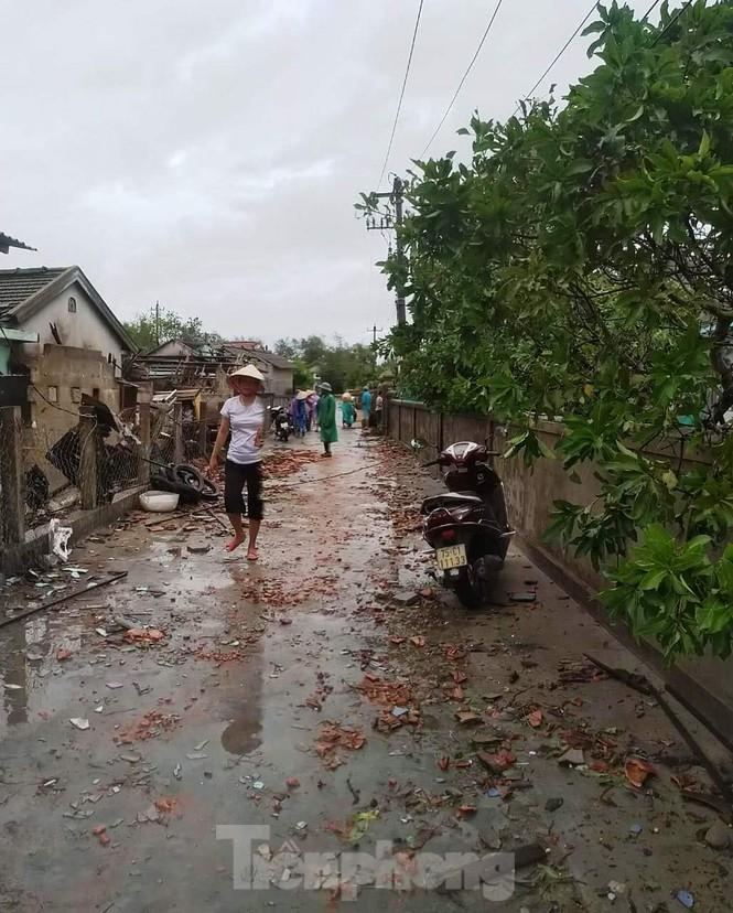 Nhiều tỉnh miền Trung xuất hiện gió lốc, hàng chục ngôi nhà tốc mái vì ảnh hưởng của bão số 5 - Ảnh 3