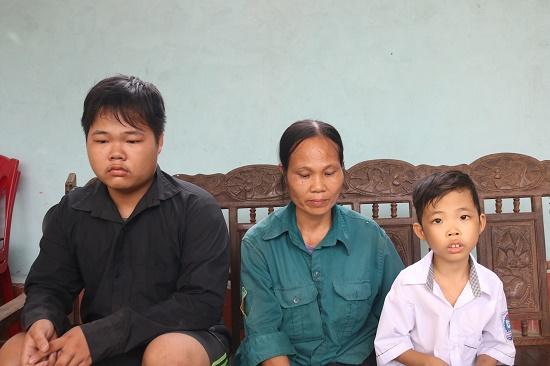 Xót xa cảnh mồ côi cha mẹ, anh trai phải nghỉ học để ở nhà chăm em bệnh tật - Ảnh 1
