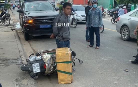"""Chở """"bé na"""" hơn 20kg, dài hơn 4m chạy bon bon trên đường, người đàn ông bị công an tạm giữ - Ảnh 2"""