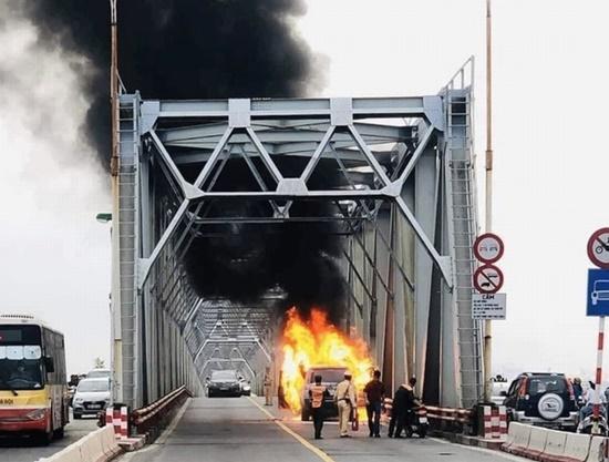 Hiện trường vụ xe Range Rover bất ngờ bốc cháy ngùn ngụt trên cầu Chương Dương - Ảnh 1