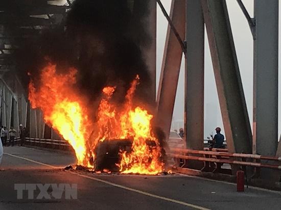 Hiện trường vụ xe Range Rover bất ngờ bốc cháy ngùn ngụt trên cầu Chương Dương - Ảnh 2