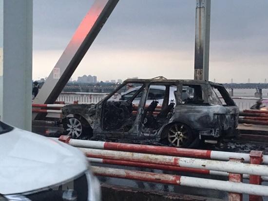 Hiện trường vụ xe Range Rover bất ngờ bốc cháy ngùn ngụt trên cầu Chương Dương - Ảnh 4