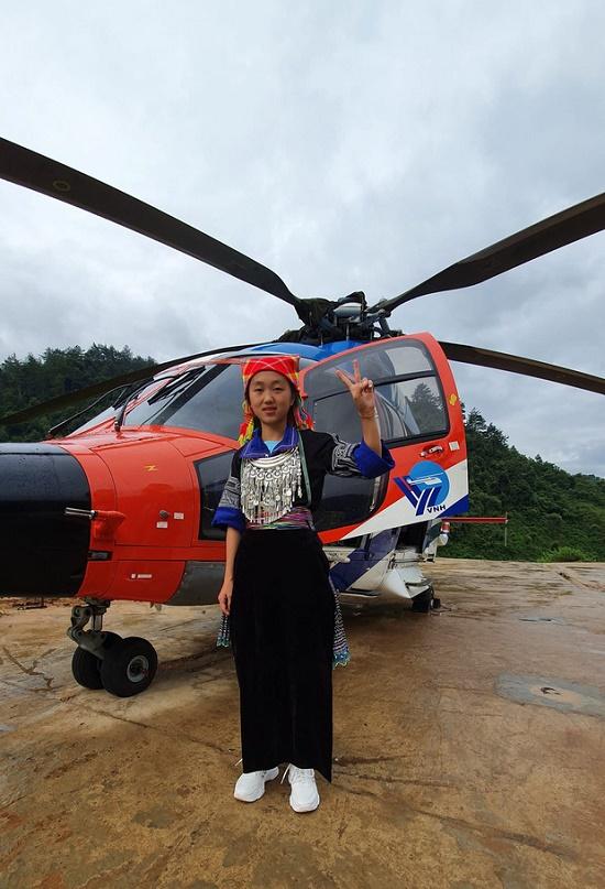 Đạt thành tích học tập xuất sắc, nữ sinh H'Mông được đi trực thăng ngắm mùa vàng tại Mù Cang Chải - Ảnh 2