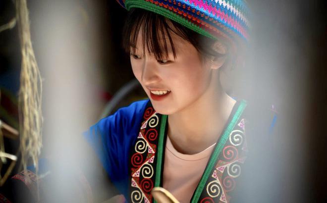 Đạt thành tích học tập xuất sắc, nữ sinh H'Mông được đi trực thăng ngắm mùa vàng tại Mù Cang Chải - Ảnh 3