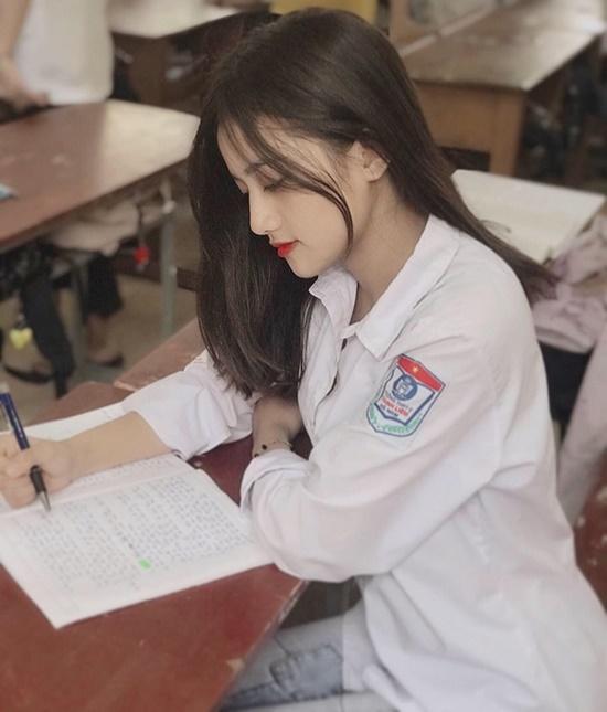 """Nữ sinh Hà Nam diện áo dài trắng tinh khôi """"gieo thương nhớ"""", cộng đồng mạng soi info hóa ra """"người quen"""" - Ảnh 3"""