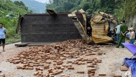 Tin tai nạn giao thông mới nhất ngày 6/9/2020: Xe tải chở gạch lật nghiêng tại Hòa Bình, 2 người thương vong - Ảnh 1