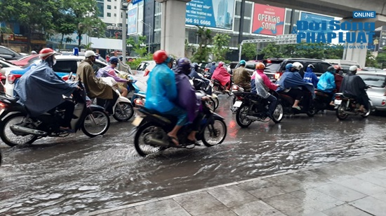 """Hà Nội mưa tầm tã, nhiều tuyến phố ùn tắc kinh hoàng, dân công sở """"chôn chân"""" hàng giờ chưa thể đến chỗ làm - Ảnh 1"""