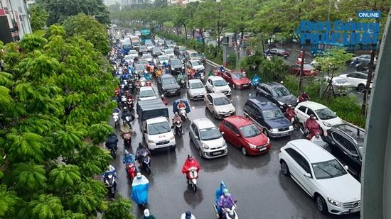 """Hà Nội mưa tầm tã, nhiều tuyến phố ùn tắc kinh hoàng, dân công sở """"chôn chân"""" hàng giờ chưa thể đến chỗ làm - Ảnh 10"""